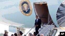美国总统奥巴马抵达杭州时从空军一号小梯走下