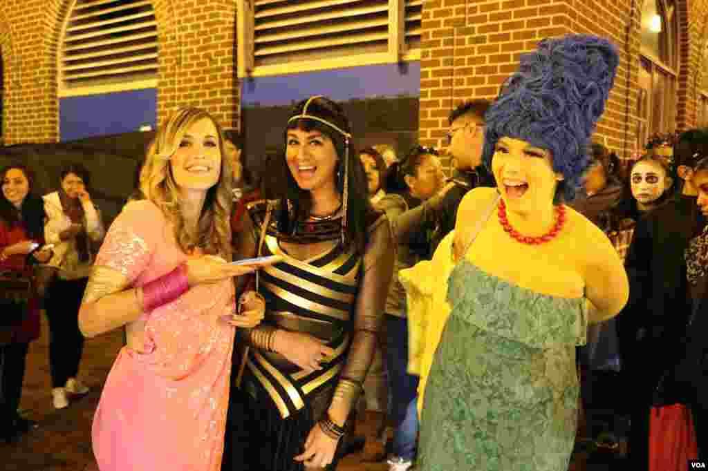 هدف جشن هالووین شاید ترساندن هم باشد اما گاهی دوستها با هم با لباس های عجیب در این جشن حاضر می شوند.