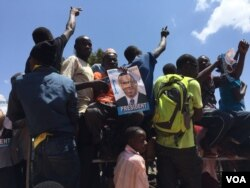 Supporters of opposition candidate Kizza Besigye rally before elections in Uganda. (J. Craig/VOA)