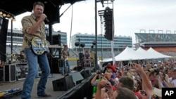 Blake Shelton sigue atrayendo adeptos con su música.