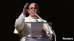 16일 로마 카톡릭 프란치스코 교황이 바티칸의 성베드로 광장에서 기도를 하고 있다. (자료사진)