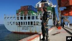 一艘中国货轮准备从巴基斯坦瓜达尔港起航。