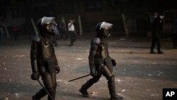 Cảnh sát chống bạo động Ai Cập trong vụ đụng độ với người ủng hộ Tổng thống bị lật đổ Mohamed Morsi tại Cairo, ngày 6/10/2013.