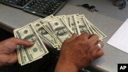미 인구조사국이 13일 공개한 통계에 따르면 지난해 미국의 '가구당 중간소득'이 5만6천516달러를 기록, 전년에 비해 5.2% 오른 것으로 나타났다. 금융위기 한해 전인 2007년 이래 처음 증가한 것이다.