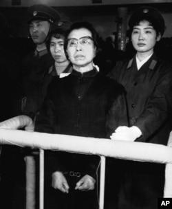 """毛泽东的遗孀,""""四人帮""""之一的江青在北京法院受审。她被判处死缓。她在法庭上呼喊""""革命万岁""""(1981年1月)"""