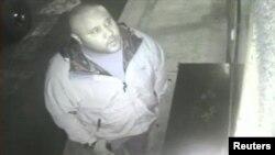 Imagen de Dorner captada por una cámara de vigilancia y difundida por la policía en California días antes de su muerte.