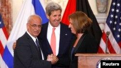 巴勒斯坦首席談判代表埃雷卡特(左)與以色列司法部長利夫尼(右)握手, 美國國務卿克里站在兩人中間