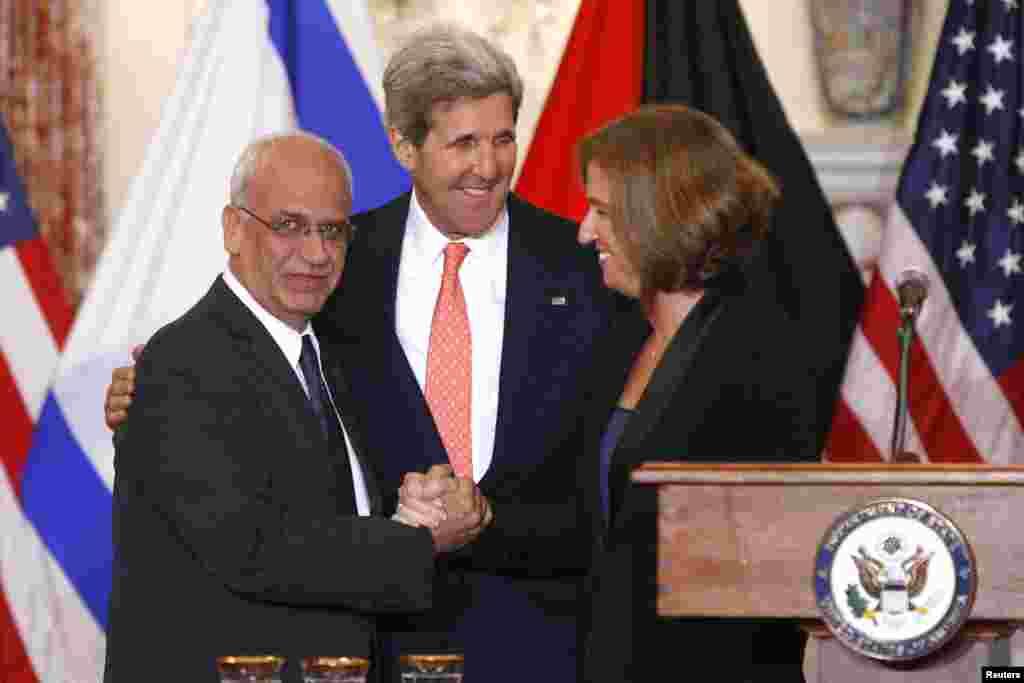 30일 미국 워싱턴 DC에서 회동한 미국, 이스라엘 팔레스타인 대표들이 기자회견을 가지고 있다. 왼쪽부터 사에브 에레카트 팔레스타인 대표, 존 케리 미 국무장관, 치피 리브니 이스라엘 수석대표.