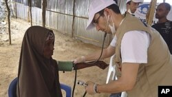 A Turkish doctor examines a Somali woman from southern Somalia in Mogadishu, Somalia, September14, 2011.
