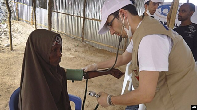 A Turkish doctor examines a Somali woman from southern Somalia in Mogadishu, Somalia, September14, 2011.