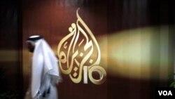 Эмблема телеканала «Аль-Джазира» на окне офиса телекомпании. Доха, Катар (архивное фото)