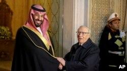 ប្រធានាធិបតីទុយនេស៊ីលោក Beji Caid Essebsi ចាប់ដៃជាមួយព្រះអង្គម្ចាស់ Mohammed bin Salman នៅពេលដែលលោកមកដល់វិមានប្រធានាធិបតី Carthage ក្បែរ Tunis កាលពីថ្ងៃទី២៧ វិច្ឆិកា ឆ្នាំ២០១៨។