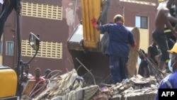 Des sauveteurs sur les lieux après l'effondrement d'un immeuble à Lagos, au Nigeria, le 13 mars 2019.