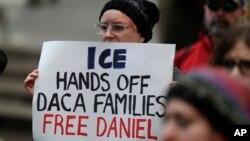 Una manifestante a favor de la liberación de Daniel Ramírez Medina protesta frente una corte federal en Seattle, el 17 de febrero de 2017.