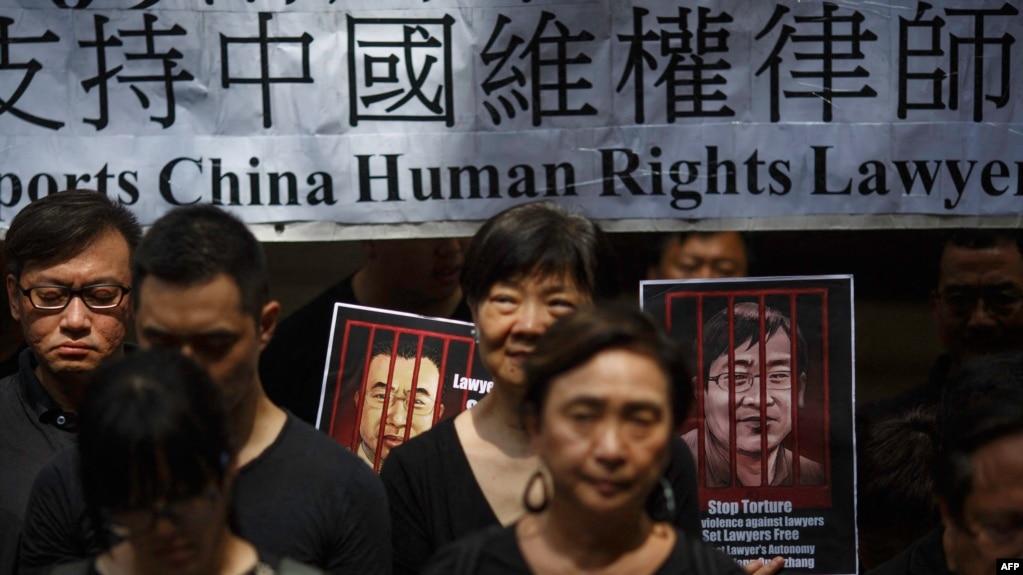 资料照:香港民众手举当时被中国政府监禁的维权律师的画像表达对中国人权律师的支持。(2017年7月9日)