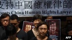 香港民眾手舉當時被中國政府監禁的維權律師的畫像表達對中國人權律師的支持。(2017年7月9日)