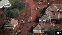 Snimak sela Devešer, 164 km jugozapadno od Budimpešte prekrivenog toksičnim crvenim muljem, 8. oktobar 2010.