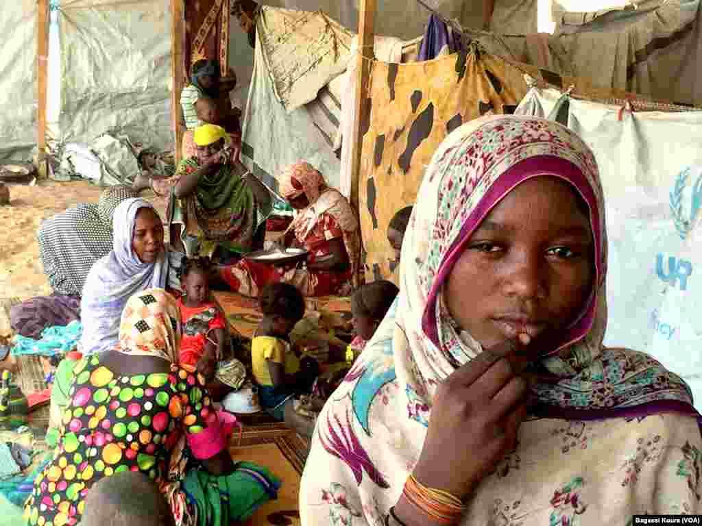 Centenas de crianças encontram-se entre o grupo de refugiados.