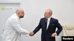 Ruski predsjednik rukuje se sa doktorom koji je kasnije otkrio da je pozitivan na korona virus