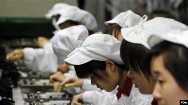 Para pekerja sedang merakit berbagai perangkat di pabrik Foxconn di Shenzhen, Tiongkok Selatan (foto: dok).