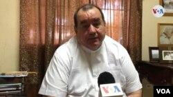 MonseñorCarlos Avilés,vocerode la Curia Arzobispal explica que las acciones pretenden prevenir la propagación del coronavirus. [Foto: Daliana Ocaña, VOA].