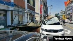4일 충북 제천시 남현동 2층 건물 옥상 철판 구조물 일부가 강풍에 무너져 내렸다. 이 사고로 휠체어를 탄 채 건물 아래에 있던 윤모(64·지체장애 3급) 씨가 구조물 파편에 맞아 숨졌다.