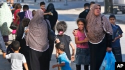 16일 이스라엘이 가지지구에 공습을 경고하고 팔레스탄인인들에게 거주지역을 떠나기를 경고했다. 피난길에 오른 한 소녀가 울고 있다.