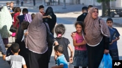 Kèk rezidan palestinyen k ap kite vil Gaza pou evite bonbadman avyasyon izrayelyen an.(16 jiyè, 2014