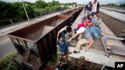 El plan del gobierno estadounidense consiste en otorgar mil millones de dólares en programas contra la violencia, la pobreza y la corrupción para evitar que niños migrantes crucen solos la frontera arriesgando sus vidas.