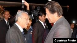 នាយករដ្ឋមន្រ្តីម៉ាឡេស៊ី Mahathir Mohamad និងនាយករដ្ឋមន្រ្តីប៉ាគីស្ថាន Imran Khan ត្រូវបានថតរូបជាមួយគ្នានៅអាកាសយានដ្ឋានក្នុងទីក្រុង Islamabad កាលពីថ្ងៃទី២១ ខែមីនា ឆ្នាំ២០១៩។