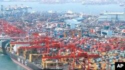 부산항에서 수출화물을 적재중인 무역 선박