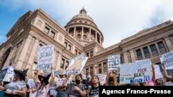 妇女权益组织在德克萨斯州首府奥斯汀抗议禁止堕胎的法律实行(2021年10月2日)