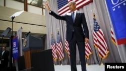2015年8月5日美国总统奥巴马在美利坚大学发表有关伊朗核协议讲演后向听众挥手致意