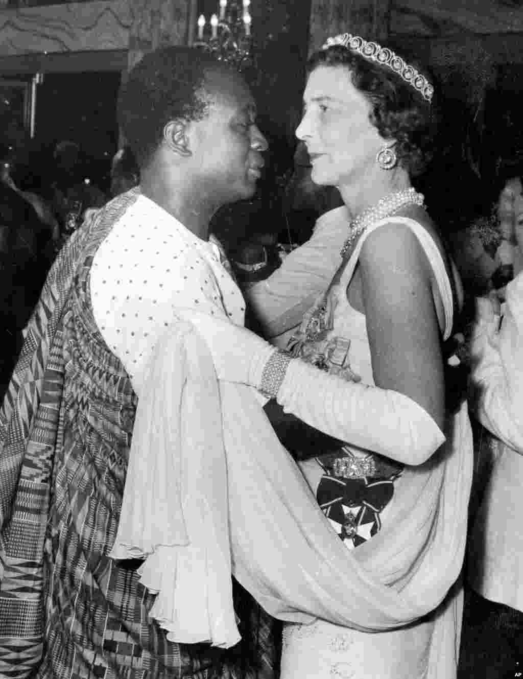 Magajiyar Kent (Duchess of Kent) tana taka rawa tare da Kwame Nkrumah, firayim ministan Ghana na farko a wajen wata gagarumar liyafar da aka shirya a ranar 6 Maris 1957, domin murnar 'yancin kan kasar Ghana wanda ta samu a wannan rana.(AP Photo/Staff/Burroughs)