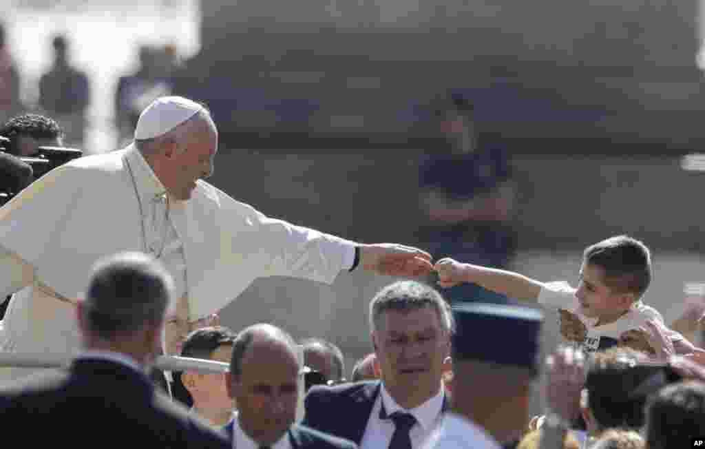 پاپ در حیاط مقابل میدان سنت پیتر با گروهی از زائران و گردشگران دیدار میکند.