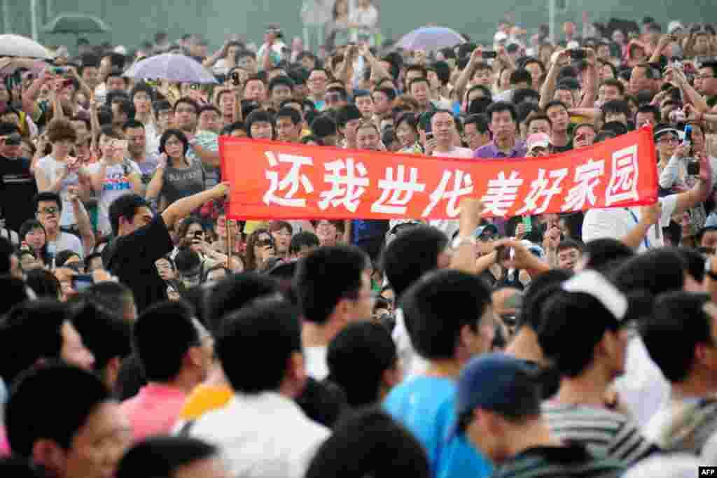 Người dân thành phố Đại Liên, tỉnh Liêu Ninh, đòi đóng cửa nhà máy hóa dầu ngày 14 tháng 8. (Reuters)