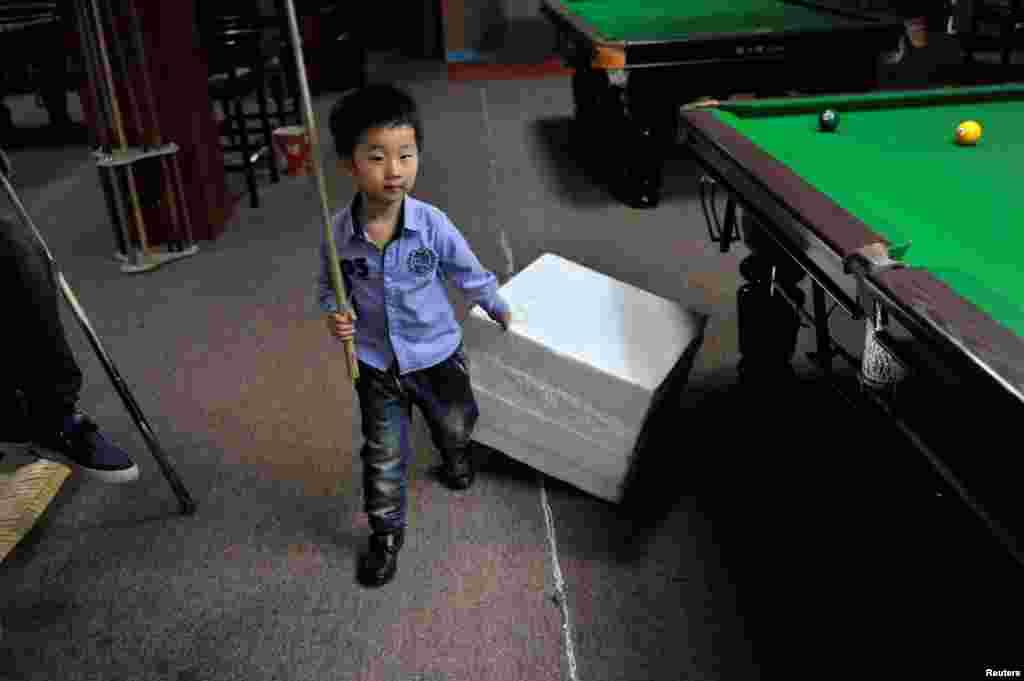 اسنوکر کھیلنے کے لیے وہ روزانہ پانچ گھنٹے مشق بھی کرتا ہے۔
