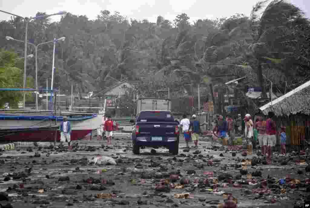 Jedan od najsnažnijih ikada zabeleženih tajfuna koji se obrušio na centralni deo Filipina izazvao je klizišta, rušio kuće i izazvao pogibije najmanje troje ljudi.