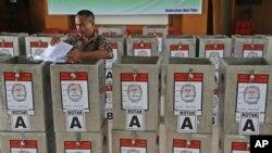 Nhân viên bầu cử chuẩn bị các thùng phiếu để phân phối cho các trạm bầu cử tại văn phòng chính phủ tại Jakarta, Indonesia, ngày 7/72014.