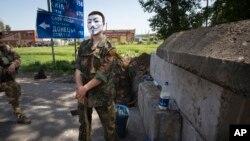 一名蒙面親俄武裝份子在東烏克蘭一處檢查站