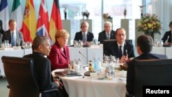 Predsednik SAD sa nemačkom kancelarkom Angelom Merkel, francuskim predsednikom Fransoa Olandom i italijanskim premijerom Mateom Rencijem na sastanku u Nemačkoj.