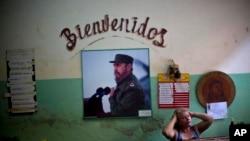 Ảnh Fidel Castro với hàng chữ 'Chào mừng' trên tường một cửa hàng ở Havana, Cuba.