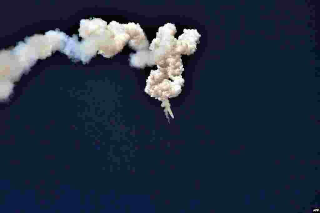Foto yang dirilis oleh kantor berita resmi Korea Utara (KCNA) menunjukkan uji coba peluncuran misil Pukguksong-2.