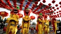 Actores realizan la danza del león en el Parque Ditan, en Beijing, celebrando el primer día del Año Nuevo Lunar chino, el lunes, 8 de febrero de 2016.