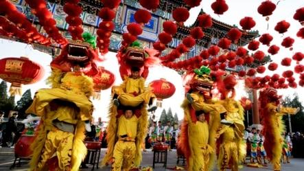 表演者们在北京地坛公园参加舞狮表演,庆祝中国农历新年(2016年2月8日)。