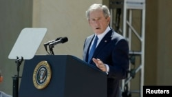 عکس آرشیوی از جرج بوش رئیس جمهوری پیشین ایالات متحده در یک سخنرانی در حضور باراک اوباما