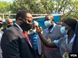 UMongameli Chakwera uhlolwa ukuba katshisatshisi engakangeni umhlangano labadabuka eMalawi abahlala eZimbabwe. (Photo: Mavis Gama)