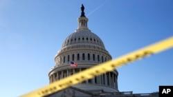 La bande de police marque une zone sécurisée du Capitole où un Congrès amèrement divisé se dirigeait vers une fermeture du gouvernement, à Washington, 19 janvier 2018.