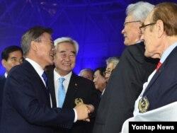 지난달 24일 한국에서 열린 세계태권도선수권대회 개막식에 참석한 북한의 장웅 국제올림픽위원회(IOC) 위원(오른쪽)이 문재인 한국 대통령과 악수하고 있다.
