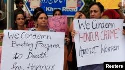 Para aktivis HAM Pakistan di Islamabad melakukan protes atas 'pembunuhan demi kehormatan' di Lahore, Kamis (29/5).